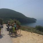 RomAtene-nona-tappa-Igoumenitsa-Perdika-ragazze-guardano-il-mare