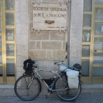RomAtene-ottava-tappa-taranto-brindisi-bici-davanti-soc-operaia